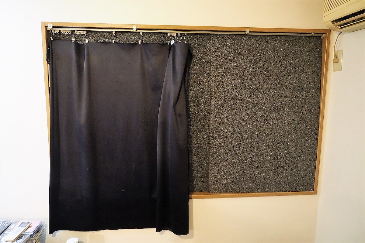 DIY例。窓にぴったりとパネルを貼ることで防音性能を高めることができる。