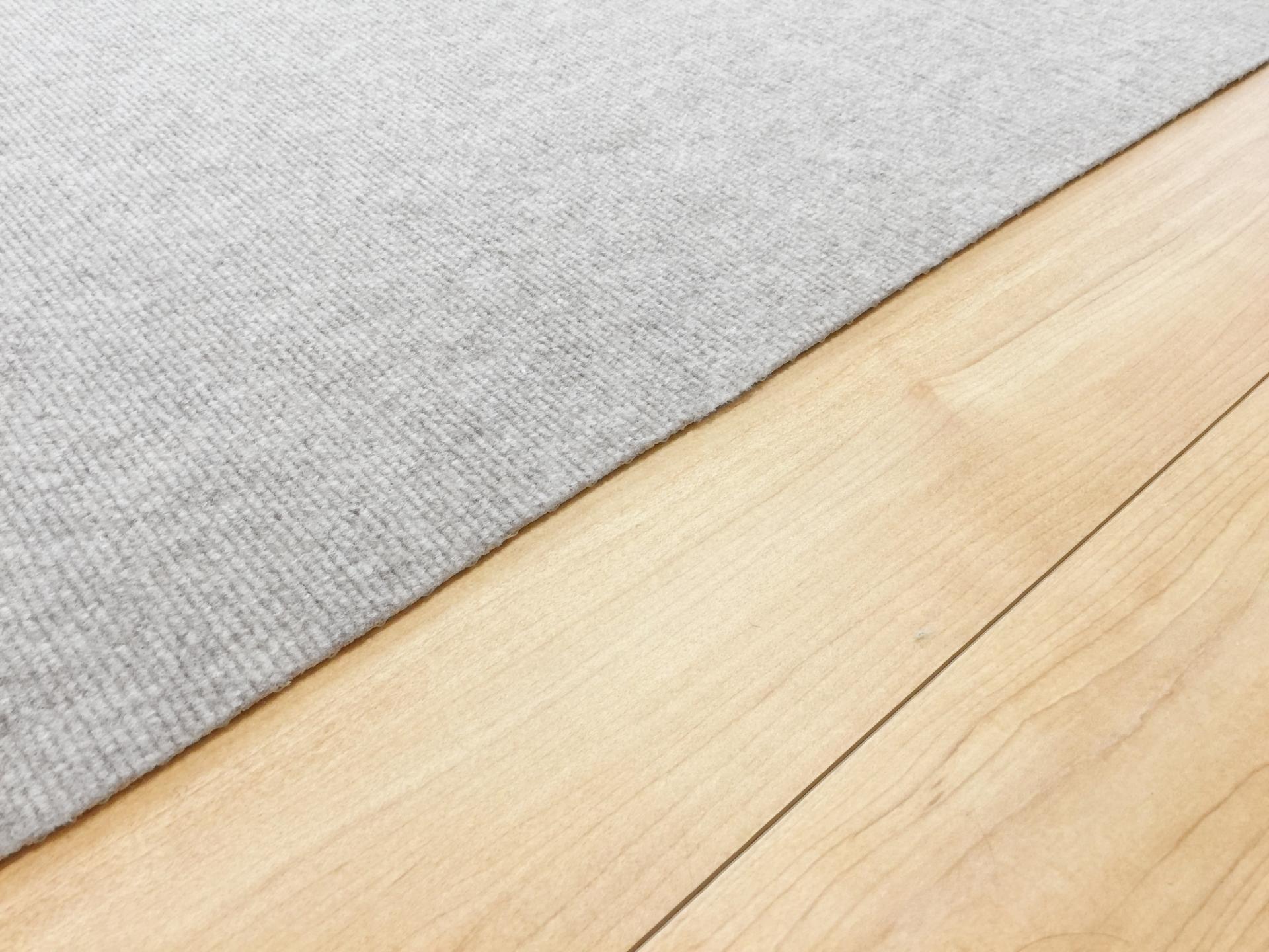 ラグやマットを敷くことで部屋鳴りを軽減できる。